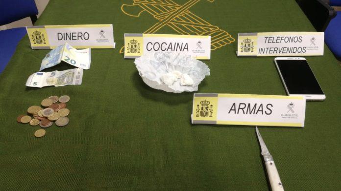 presentación de droga y arma blanca requisada