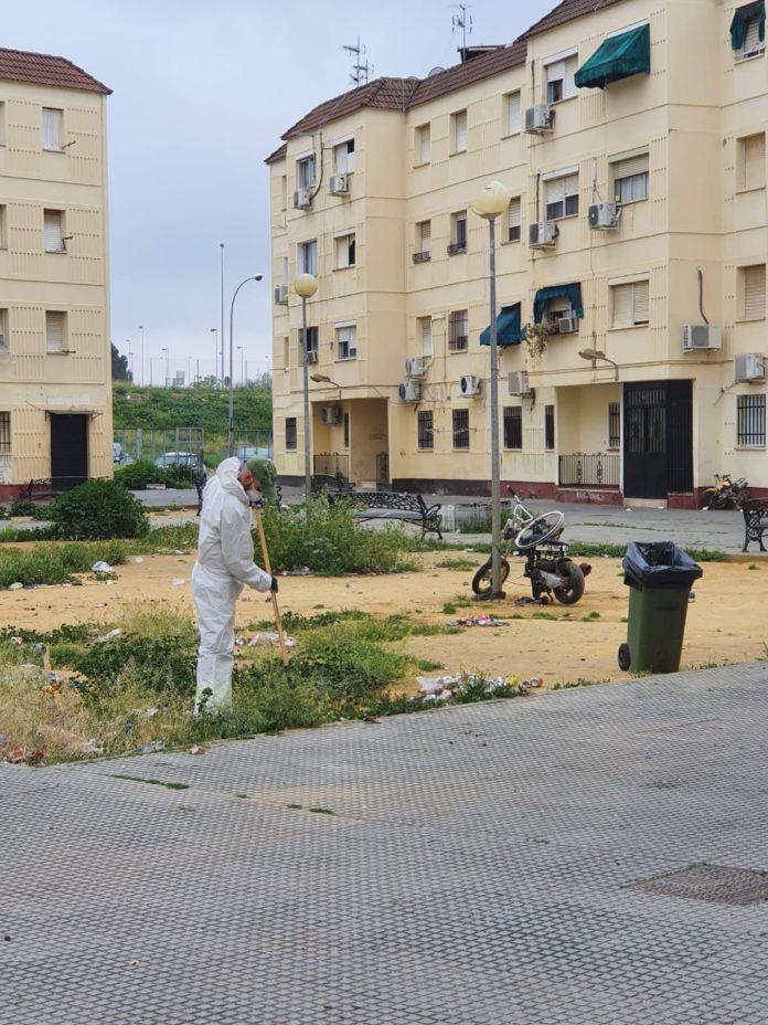 trabajador de Sadeco limpiando la calle
