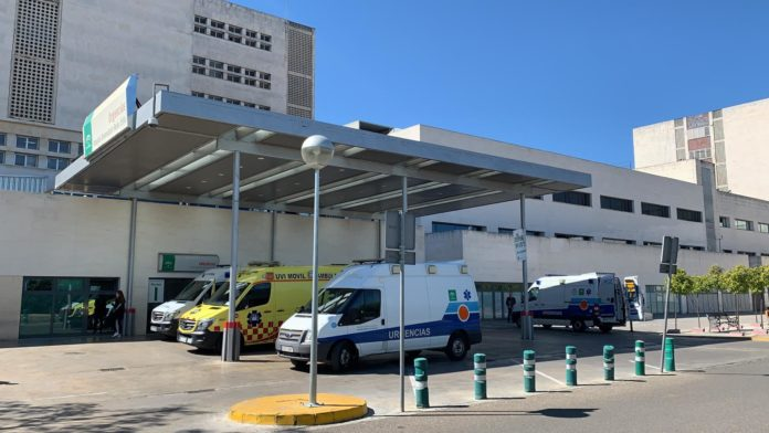 ambulancias en la puerta de urgencias de Reina Sofia