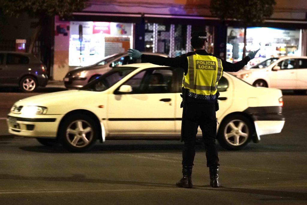 policia local realizando un control