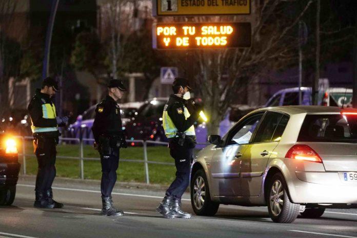policia nacional parando a un coche en estado de alarma