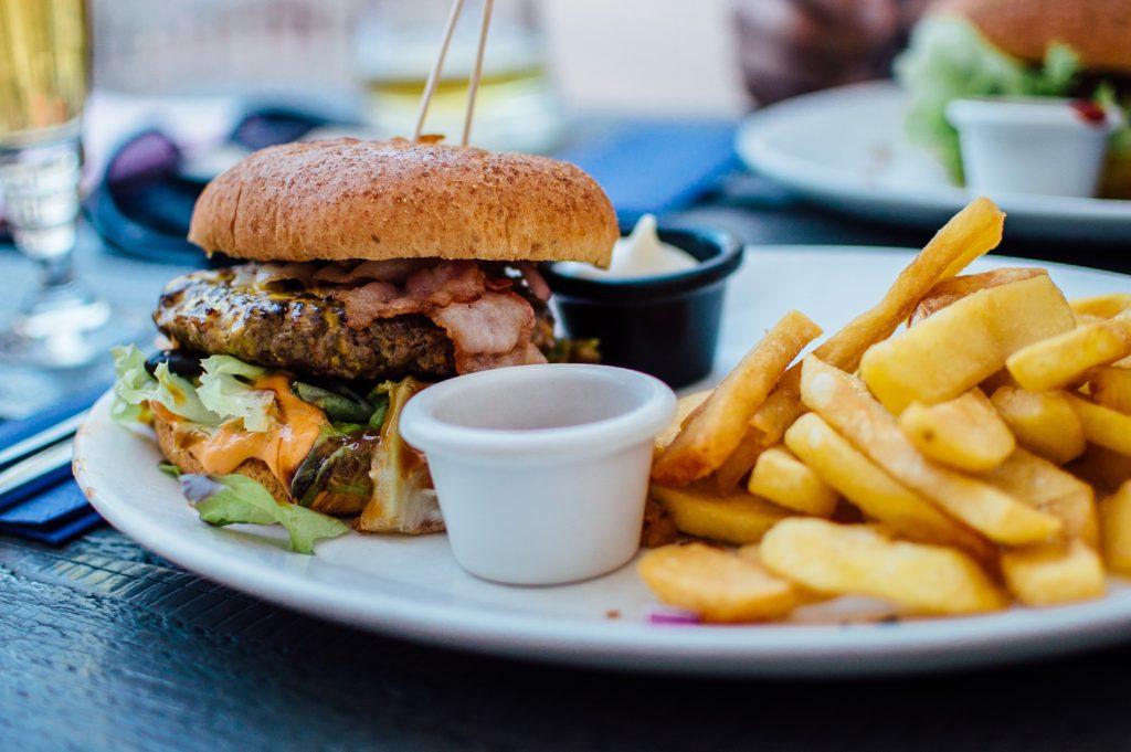 Evitar los excesos de grasa ayudará a prevenir las espinillas   Foto: pixabay