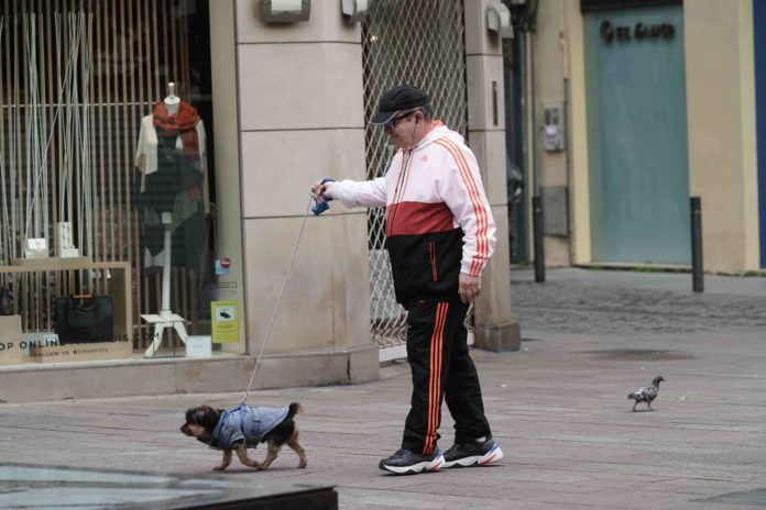 Señor paseando al perro. Foto: Rafa Alcaide