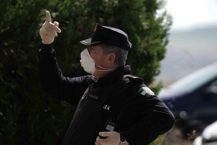 Policía Local con el dedo levantado