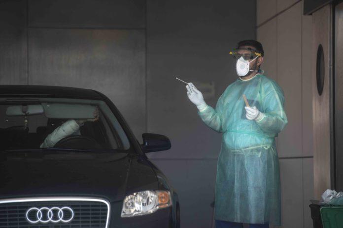 Médico realizando una prueba PCR por Covid