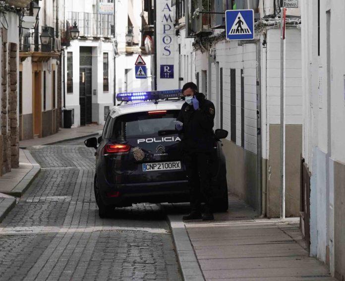 coche de policia nacional con dos agentes