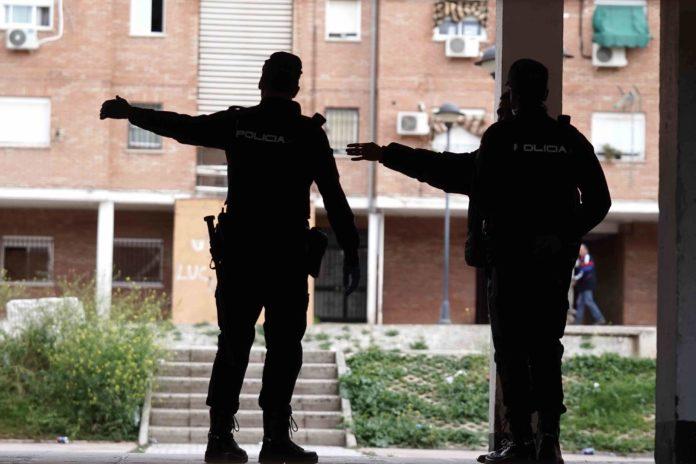dos policias nacionales en la calle