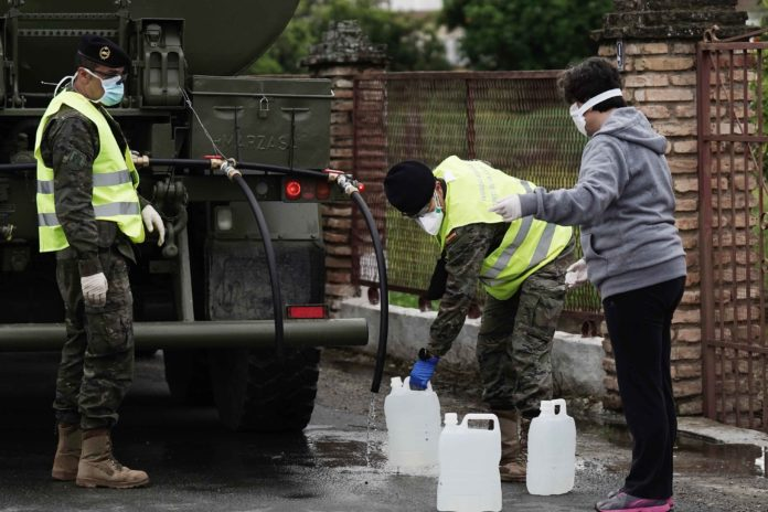 La Brigada de Infantería Mecanizada suministra junto a Emacsa agua a los núcleos periféricos de Córdoba