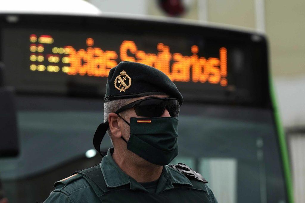 Un Guardia Civil con una mascarilla