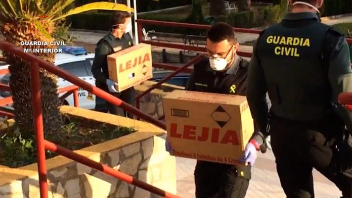 Guardia Civil llevando cajas de lejía a la residencia de Montilla