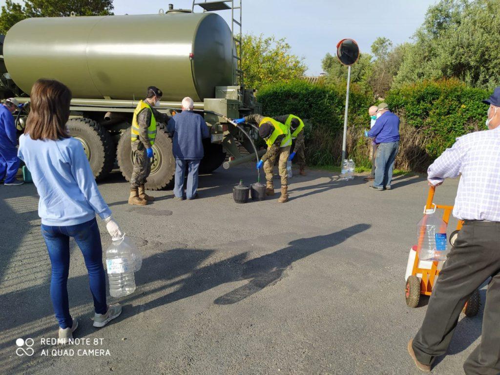 UME camion cisterna repartiendo agua