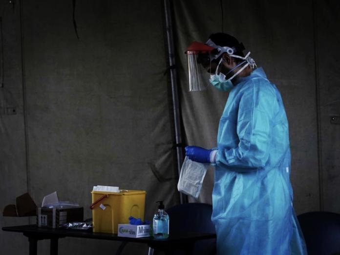 Médico realizando pruebas PCR