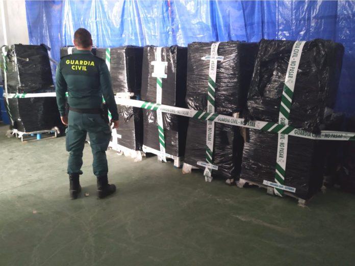 Guardia Civil con paquetes de latas de caballa