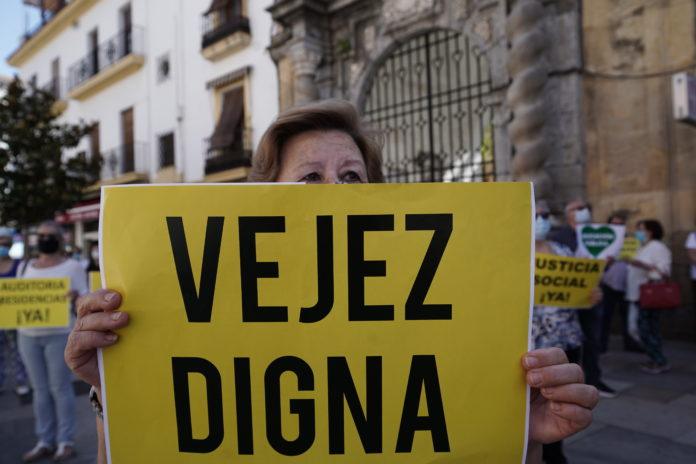Mujer sosteniendo un cartel de vejez digna