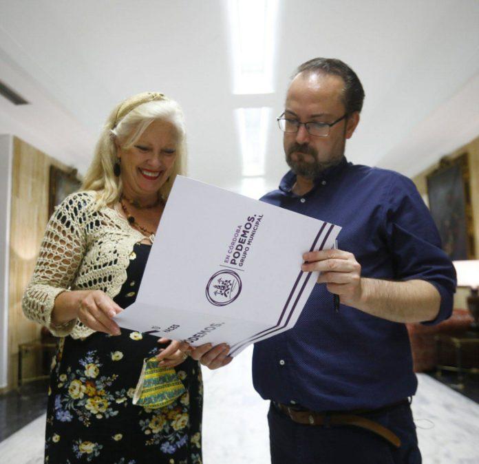 Integrantes de Podemos revisando un documento