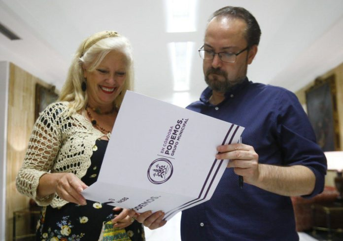 Integrantes de Podemos revisando un documento