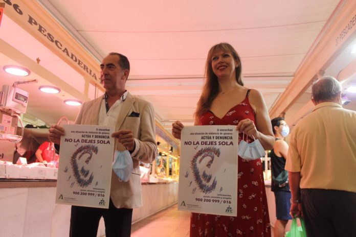 Antonio Álvarez y Lourdes Arroyo con el cartel de la campaña