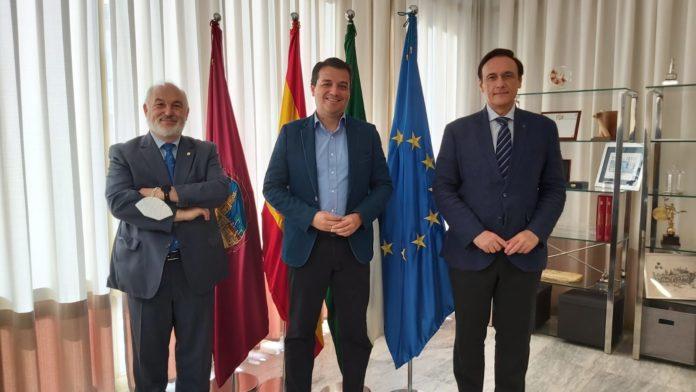 El presidente del Consejo Social y el rector de la UCO en su primer encuentro institucional con el alcalde de Córdoba