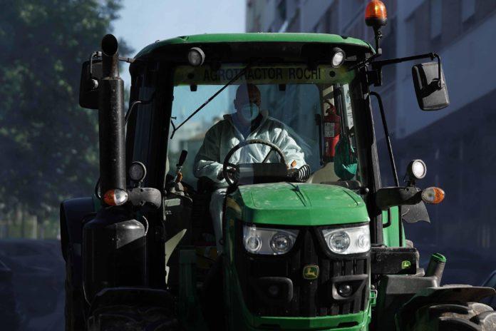 hombre conduciendo un tractor