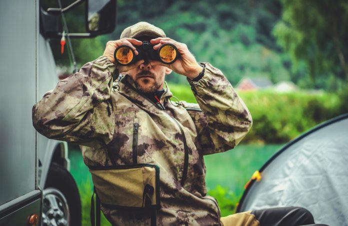 Cazador mirando a través de unos prismáticos