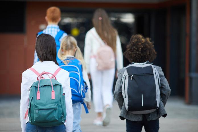 Estudiantes entran en el colegio