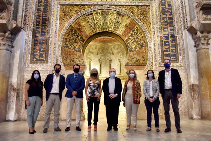 Entrega a la consejera de Cultura los estudios previos para la restauración del mihrab