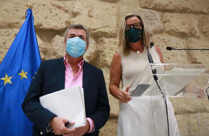 De izquierda a derecha Miguel Ángel Torrico e Isabel Albás en una rueda de prensa