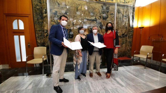 José María Bellido, junto a la teniente de alcalde de Participación Ciudadana, Eva Contador, y el presidente de la Federación de Vecinos Al-Zahara, Antonio Toledano