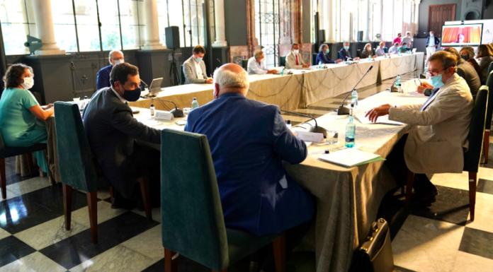 Juanma Moreno preside el Consejo Asesor de Alertas de Salud Pública de Alto Impacto para abordar la situación de la pandemia.