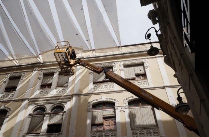 Retiran los toldos del Centro de Córdoba