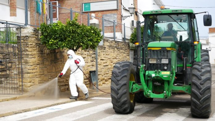 Desinfección de las calles de Cañete de las Torres