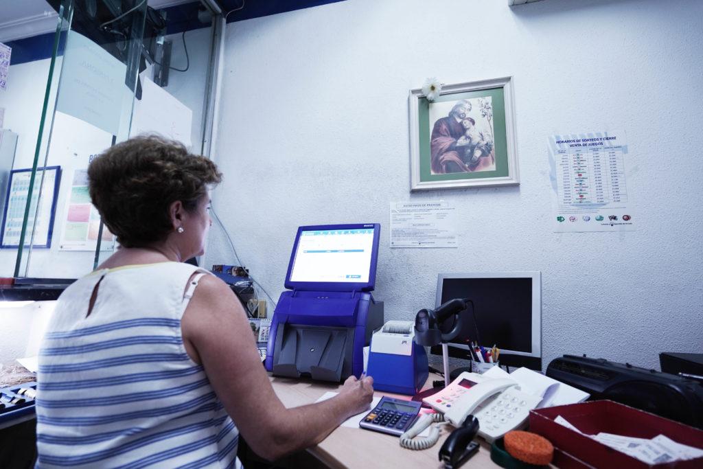 Ana Pino trabaja con la imagen de San José.
