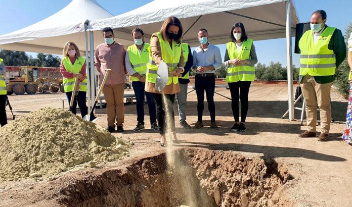 La consejera Carmen Crespo colocando la primera piedra de la depuradora
