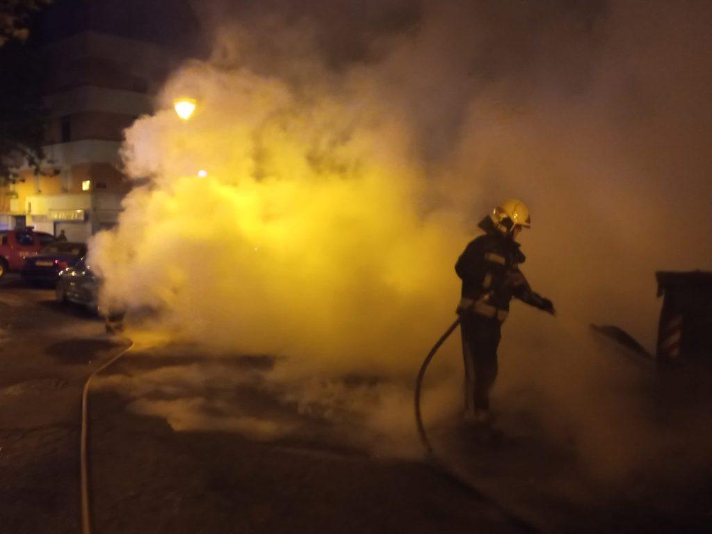 Un bombero extingue el incendio originado en Santa Rosa
