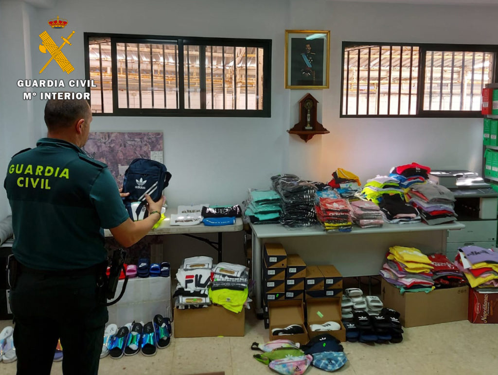 Ropa falsificada intervenida por la Guardia Civil en Fuente Palmera