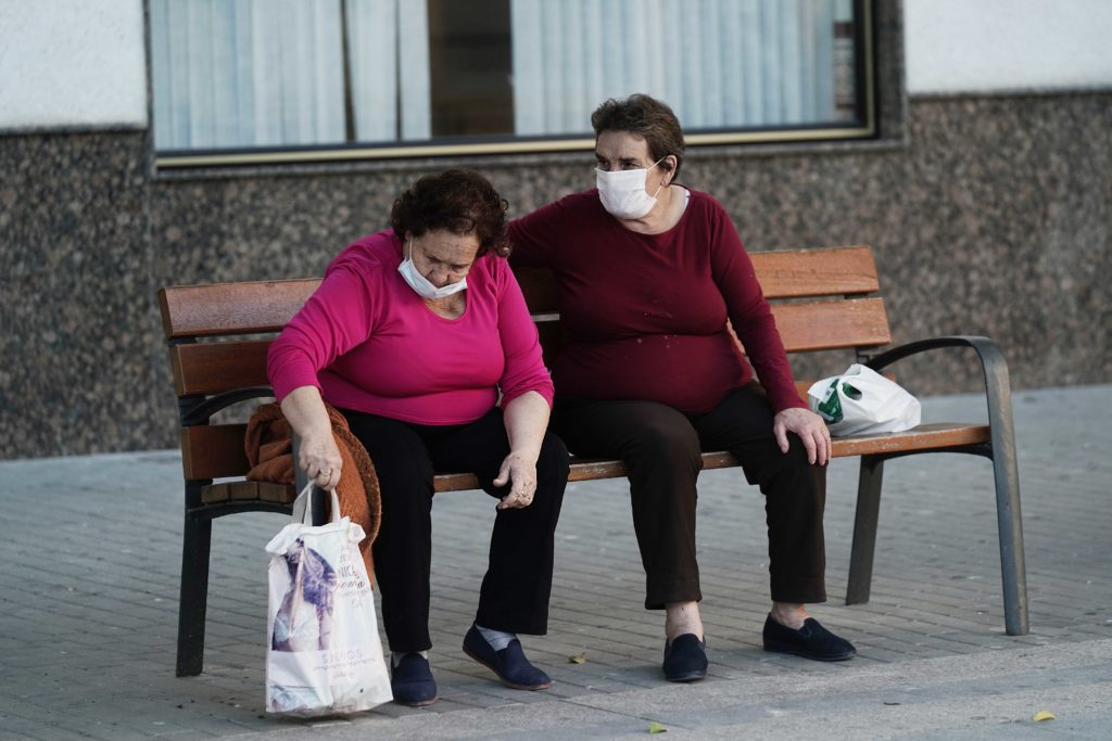 Vecinas de Monturque sentadas en un banco de la plaza del pueblo