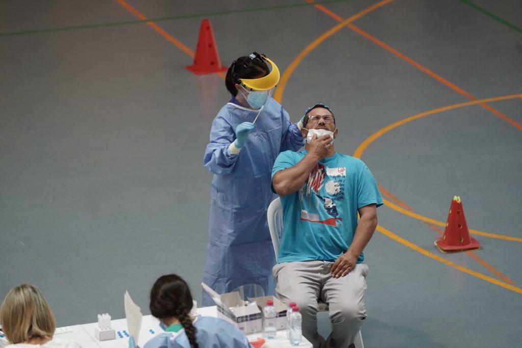 Un joven se somete al test de antígenos
