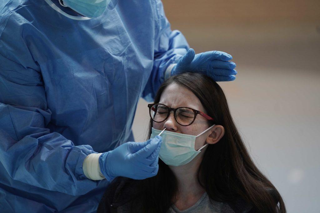 Una joven se somete al test de antígenos