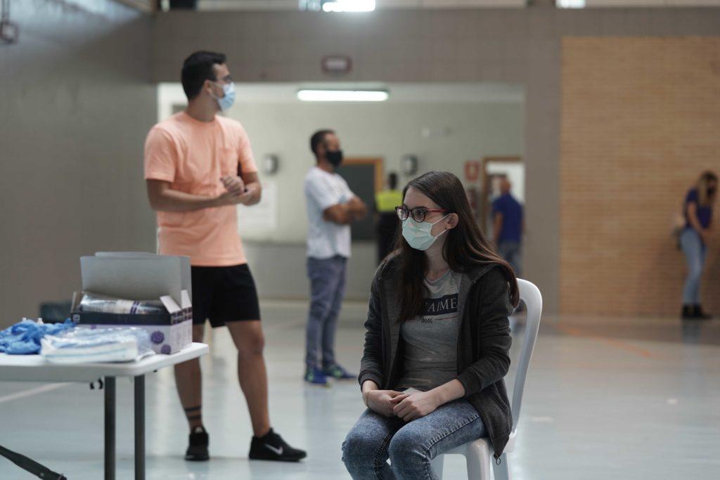 Una joven espera para someterse al test