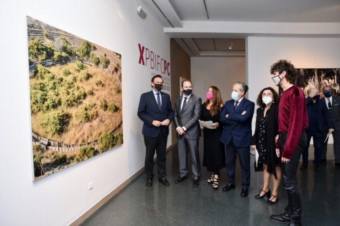 El ganador del premio, Jorge Fuembuena, con las autoridades en la inauguración de la exposición