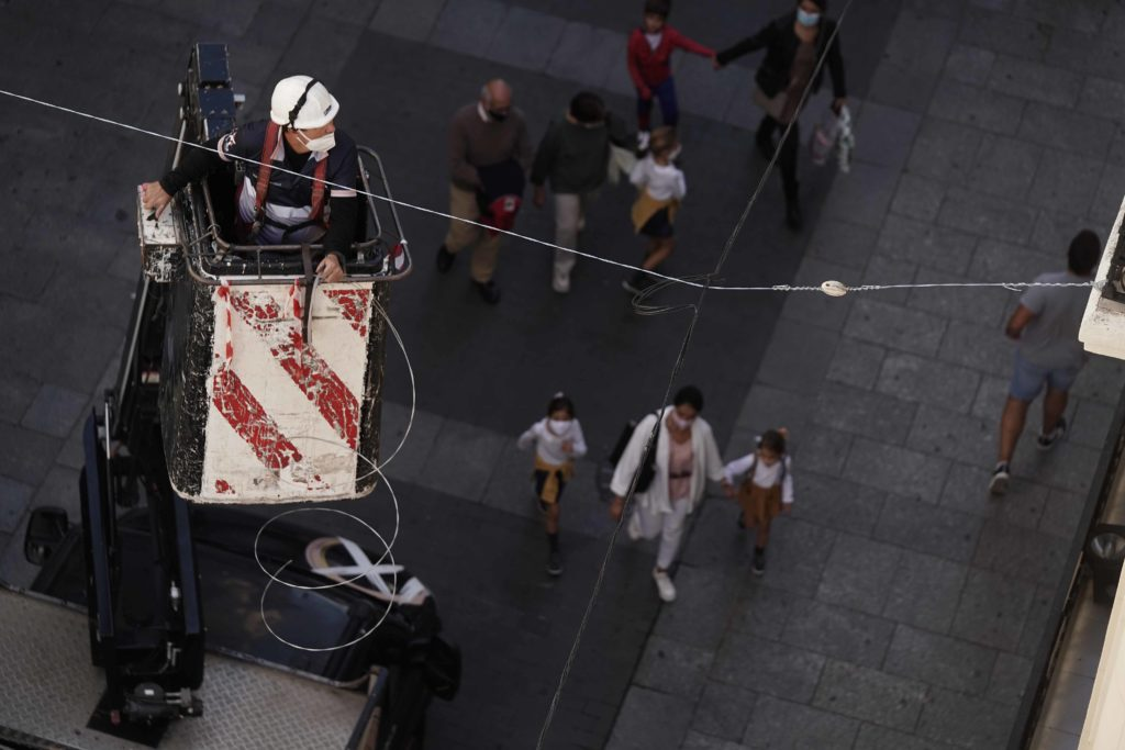 Inicia la instalación de luces de navidad en la calle Gondomar