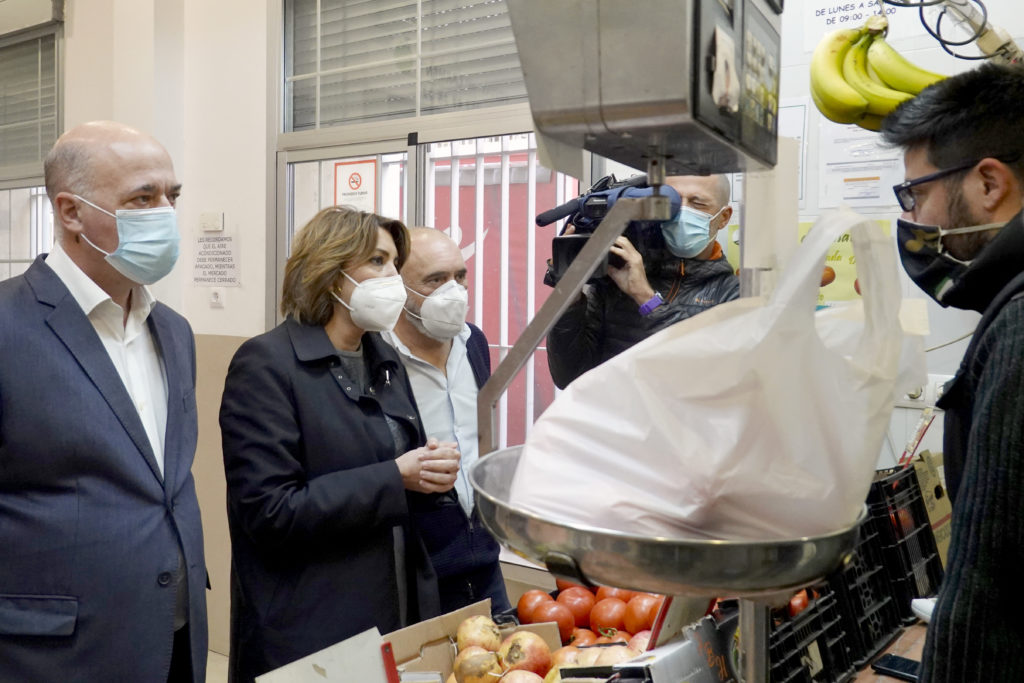 Susana Díaz visita los comercios minoristas de Córdoba