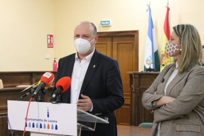 César del Espino junto a Carmen Gallardo
