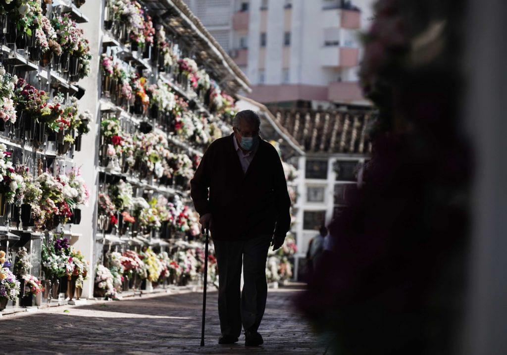 Hombre en el cementerio de San Rafael. Foto: RAM