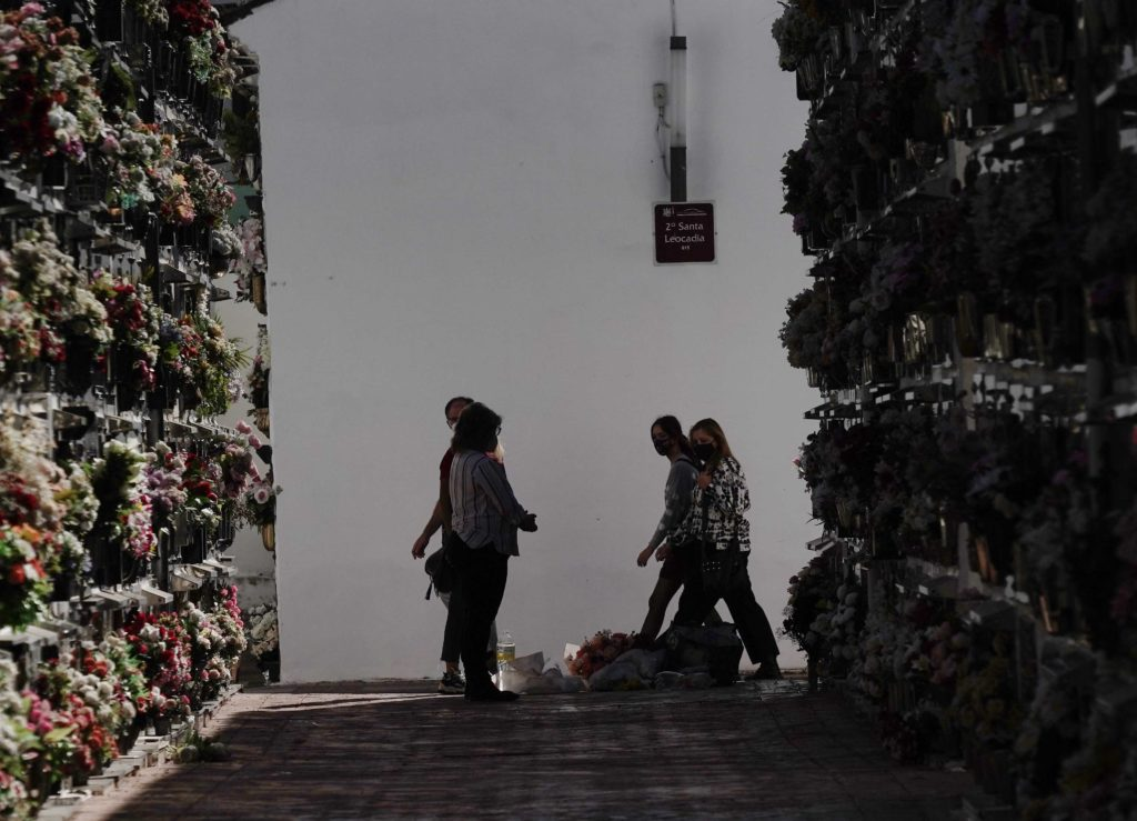 Familia en el cementerio de San Rafael Foto: RAM