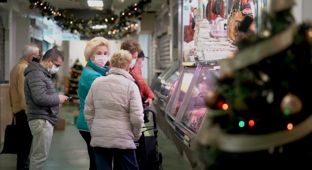 Personas compran productos en la Plaza de La Mosca en Córdoba