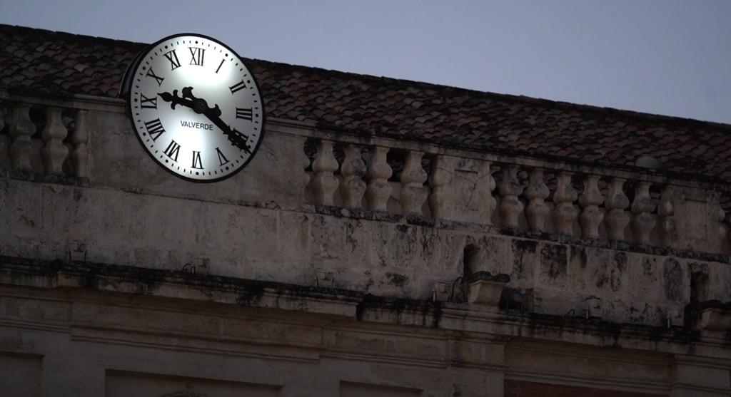 El reloj de la Corredera señala la hora de cierre del mercado de abastos