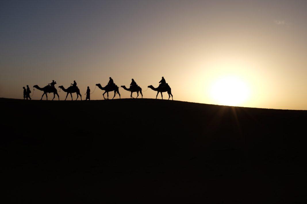 Los Reyes Magos de Oriente siguen la estrella de Belén por el desierto