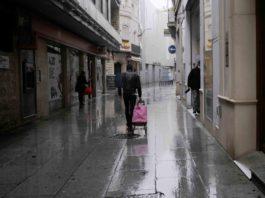Una persona de compras matutinas bajo la lluvia