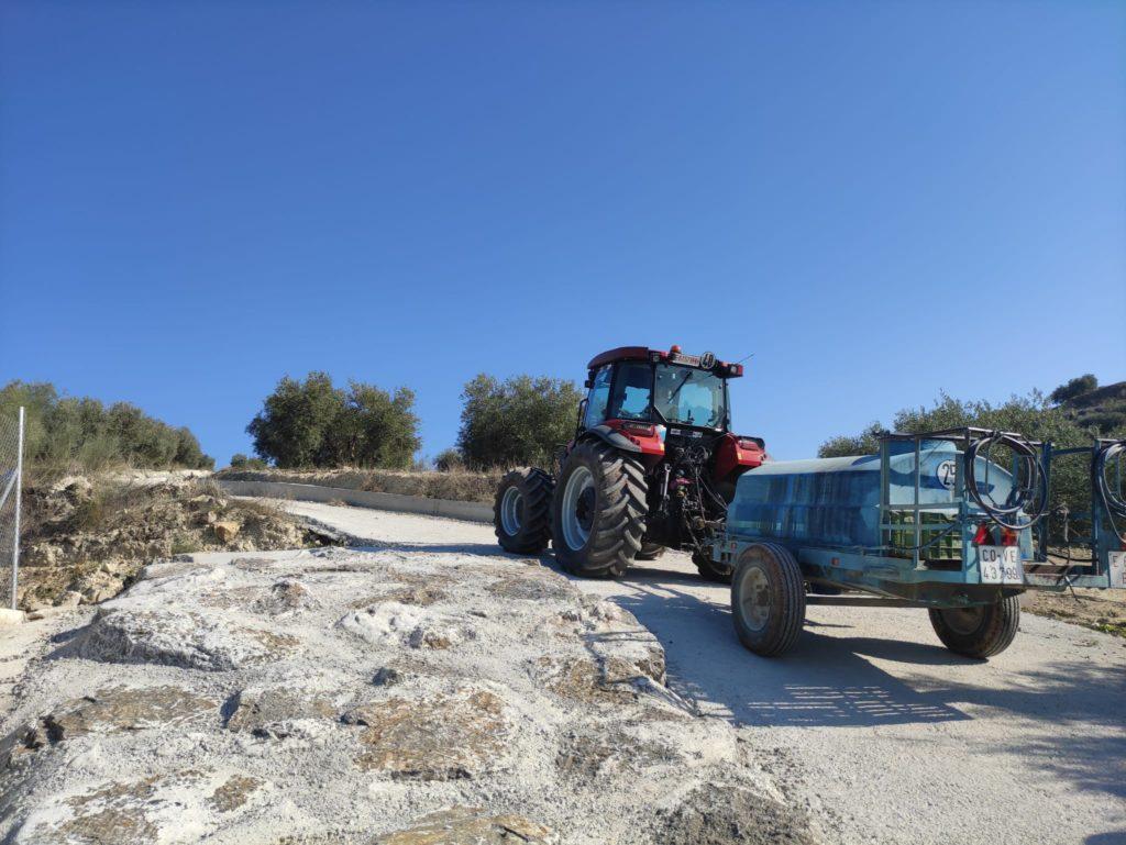 Un tractor transita por el camino de las Erillas